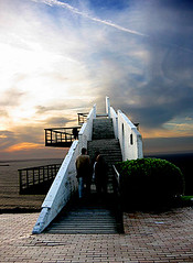 Escaleras... (z-nub) Tags: blue sunset sea sky people espaa sun color sol beach topf25 azul backlight clouds digital canon contraluz zoe mar spain heaven gijn asturias playa 100v10f personas stairway amarillo cielo nubes z mirador escaleras nub asturies 35f znub zbc zoelv favsegnvosotros favsegnznub favsegunznub saraadonisybelmar personasquenosondelacalle zoelpez sinacento