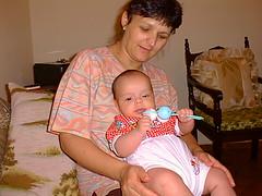 Vitor e a Dulceni segurando o chocalho (joaobambu) Tags: 1998 brasil brazil echapor echapora