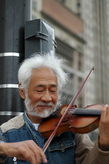 Michigan Avenue violinist (Luke) Tags: chicago violin violinist street performer blogged dm streetperformer michiganavenue music
