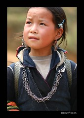 Sapa School Girl's Curious Mind (HRKVC) Tags: sapa vietnam travel portrait girl child village hilltribe asia tccomp010 itsongselection1 mirrorsofsociety itsong–canoneos300d excellenceintravelphotography itsong–mirrors–southeastasia