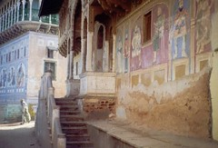 Shekhawati painted houses (India) (Ahron de Leeuw) Tags: houses india house facade travels painted indie rajasthan rajastan nawalgarh shekawati shekhawati ahrondeleeuw sekhawati sekawati
