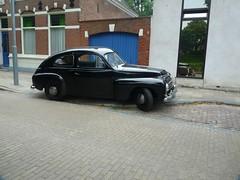 Schwarzfahrer (QQ Vespa) Tags: middelburg old car oldtimer youngtimer pv444 pv pv544 volvo schweden buckelvolvo katzenbuckel vintage classic spiegelung schwarz black