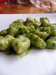 Home made:gnocchi & pesto... (Un tocco di zenzero) Tags: gnocchi pesto goodfood foodblog homemadefood sundaykitchen