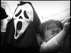 Scream vs The Screamer : Kawasaki-Halloween 2006 (Danz in Tokyo) Tags: costumes people blackandwhite baby halloween japan japanese costume asia makeup  cry thescream kawasaki fz30 b6w  nozoom realpeople danz october2006 danzintokyo kawasakihalloween2006