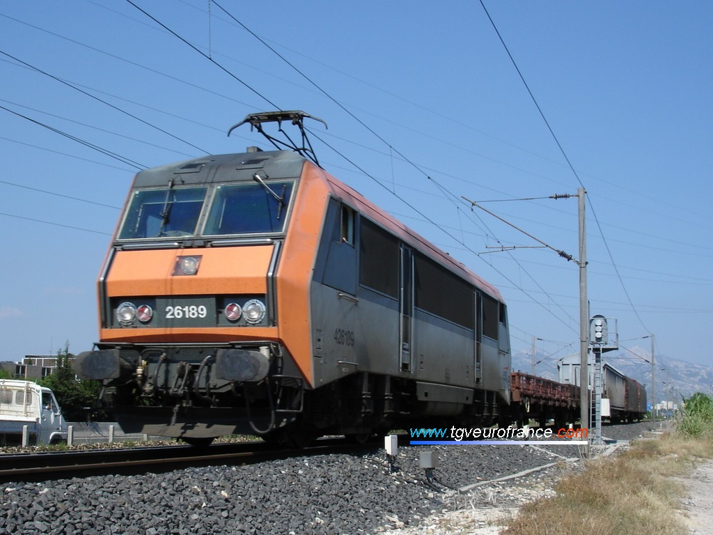 La locomotive BB 26189 SYBIC avec son troisième phare et un court train de marchandises le 27 mai 2005