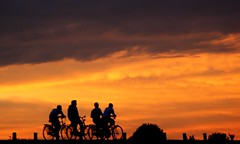 People and sun.. (Truus) Tags: people sun zomer zon vacantie fietsers truus