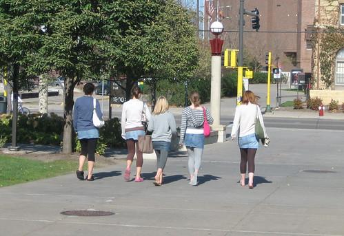 Mini etek altına tayt giyen iğrenç kızlar