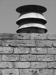 Anglų lietuvių žodynas. Žodis chimney reiškia n 1) kaminas, dūmtraukis; 2) židinys lietuviškai.