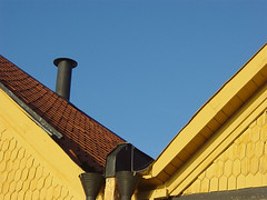 big blue dipper (anna_t) Tags: blue roof sky yellow curves himmel tiles tak tegel gult bltt kurvor