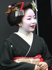 Geisha in Kyoto  4 : Suzuha (Conveyor belt sushi) Tags: pink red portrait woman white flower cute bird art girl beautiful beauty smile true japan female asian real japanese spring kyoto noir close crane femme traditional famous young makeup exotic maiko geiko geisha    nippon entertainer kimono obi gion lipstick wabi sabi kansai bianco blanc  nero japon oiseau giappone authentic kraniche   katsura aesthetic     kanzashi  japonaise  gruidae   exoticism   suzuha japanishe