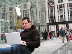 Op het terras van de Apple Store