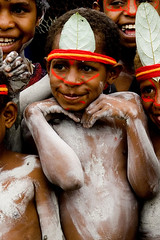 Papua New Guinea kids (Eric Lafforgue) Tags: pictures people photo highlands pacific picture tribal papou  tribe papuanewguinea ethnic tribo indigenous singsing papu ethnology tribu oceania   niugini papuaneuguinea lafforgue papuanuovaguinea  guin papuan papouasie papouasienouvelleguine mthagen mounthagen mounthagenshow melanesian papoeanieuwguinea papanuevaguine papuanyaguinea    papanuevaguinea   paapuauusguinea papuanovaguin papuanovguinea   papuanowagwinea papuanyguinea    papusianova bienvenuedansmatribu