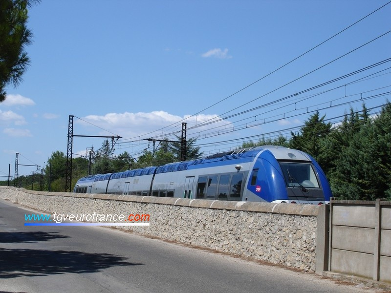 Un autorail AGC bi-mode Bombardier (B 81500) approchant de la gare de Vestric (Gard)