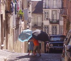 Brincando com guarda-chuvas numa rua de Lisboa (Amrico Meira) Tags: street portugal calle lisboa lisbon super hero winner poesia rue cy lisbonne fernandopessoa poema duee challengeyouwinner duetos duetosv ltytr1 parafriendly parafactory paragame