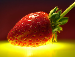 vermelho-morango (wagner campelo) Tags: light luz frutas colors fruits wow cores yummy strawberry yum shapes strawberries formas morango morangos 111v1f