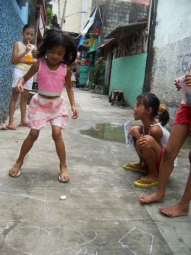 young girls playing a piko, traditional game, street scene  Philippines Buhay Pinoy  Filipino Pilipino  people pictures photos life Philippinen  hopscotch