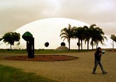 Ora bolas! (Goga_) Tags: niemeyer sopaulo cu ibirapuera bola nuvem menina oca palmeira cpula goga gogliardo oscarneimeyer