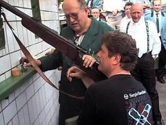 Fritz Schramma beim Schwerkaliberschießen im Jahr 2000