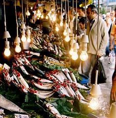 Buying Palamut in Karaköy fish market (H e r m e s) Tags: fish canon interesting powershot fishmarket a640