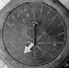 Sunny Tyme (Scuola di Atene) Tags: bw sundial arrow quiver