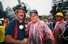 Een brandweerman met Rudy Giuliani