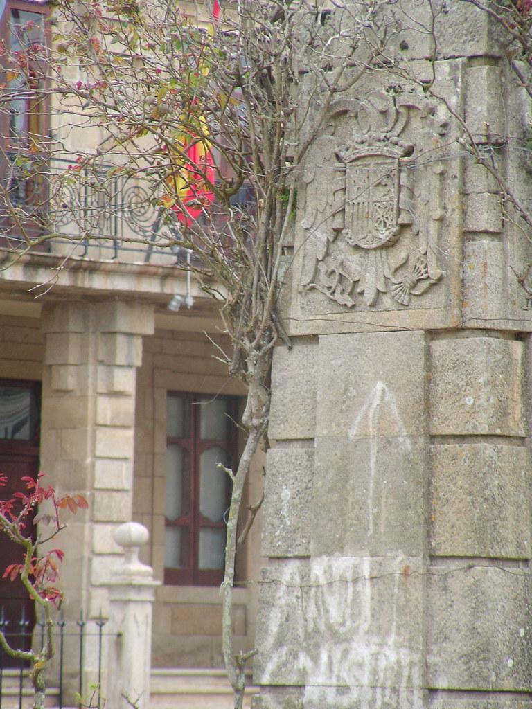 Escudo franquista e pintada no obelisco diante do concello de ribadeo mariano grueiro