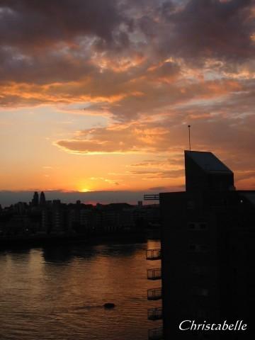 老哥倫敦公寓窗外落日