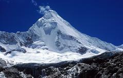 Artesonraju - 6025 metros (Mono Andes) Tags: 2001 mountain trekking landscape per glacier andes worldheritage ancash artesonraju patrimoniodelahumanidad cordillerablanca ph561 parquenacionalhuascarn originalen35mm mountainsnaps