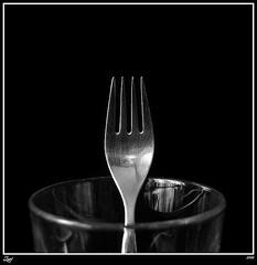 Tenedor... (z-nub) Tags: blackandwhite bw black macro blancoynegro metal digital canon zoe noiretblanc negro bn minimal minimalismo cristal vaso minimalista tenedor znub zoelv formatocuadrado bnysimilares cuadraditas cuadradita zoelpez cuadradosverticales sinacento