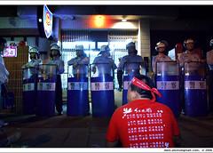 return to Kaitakelan at night on Nov 3. ...xv (*dans) Tags: rally protest taiwan photojournalism 2006 demonstration streetphoto taipei anticorruption  depose deposechen anticorruptionanddeposechen   onemillionpeopleagainstcorruption       redflowerrain
