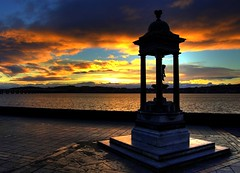 Dundee Morning Glow by the River (Magdalen Green Photography) Tags: fountain silhouette statue river cool glow riverside rivertay dundee albaluminis scottish tay tayside abigfave picturesofdundee dundeephotography imagesofdundee dundeestockphotography printsofdundee