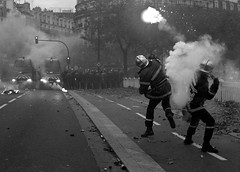 21/11/2006 - 16:17 (Hughes Lglise-Bataille) Tags: blackandwhite bw paris france topf25 topf50 noiretblanc protest photojournalism police olympus 2006 demonstration flare firemen firefighter throwing manifestation pompiers e500 topv1000