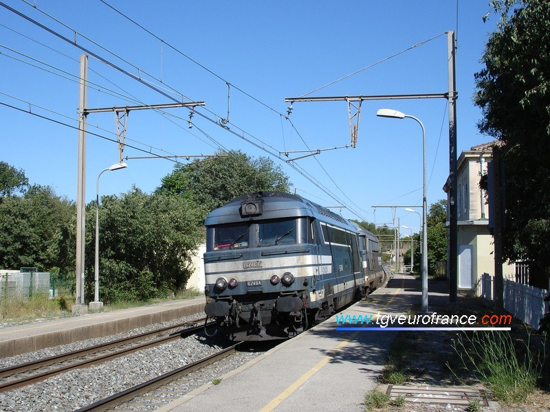 Une locomotive Diesel-électrique BB 67400 SNCF remorque une BB 67200.