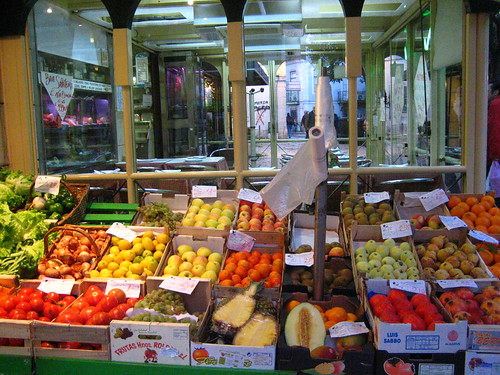 na rua com legumes e frutas