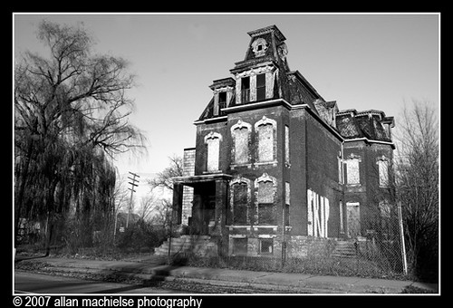 Abandoned Mansions in California http://vividlyvintage.com/2010/08/18/detroits-abandoned-mansions/
