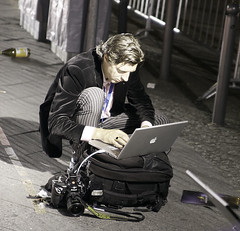 photoreporter in the night (robtanphotos) Tags: street apple notebook mac photographer laptop pro photoreporter macbook macbookpro