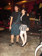Escocs y Colegiala (exrorro) Tags: chile party people halloween beer pub fiesta scot custom arica rodrigoach escoces nochedebrujas barrabas colegiala sanhain