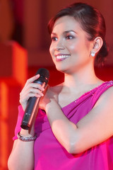 Lea Salonga (Lito Inso) Tags: leah salonga sing singer smile waterfront lahug cebu inso portrait pinay pinoy philippines eos 350d canon 70200 microphone mic concert cebusugbo