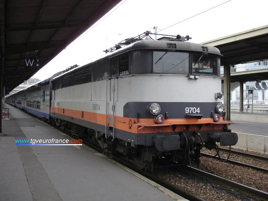 Une locomotive électrique monocourant 1500 V DC BB9700 SNCF et sa rame V2N à Paris-Gare de Lyon