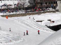 estacao de esqui de COURMAYEUR - bebe se arrumando (ponto vermelho sozinho) (Estelinha Rocha) Tags: courmayeur
