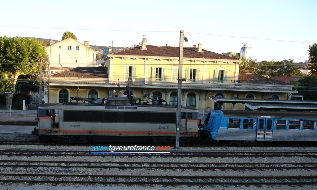 A BB 25500 Alsthom locomotive hauling an RRR trainset during a halt in the Aubagne station