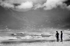 Concentrao (Alan Spring ) Tags: ocean people bw praia beach boys sport clouds mar pessoas surf waves pb 300mm nuvens f56 garotos esporte tempo fechado ondas