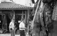 Sarajevo #12 [Di passaggio.] (giuli@) Tags: street blackandwhite bw film analog geotagged iso3200 50mm lenstagged tmax3200 strada tmax sarajevo bosnia shops 3200 zuiko borse olympusom10 bih kodaktmax kodaktmax3200 blackandwhitefilm bosniaandherzegovina baarija artigianato formeryugoslavia botteghe bosniaerzegovina p3200tmz exjugoslavia zuiko50mmf18 viaggiozingaro giuliarossaphoto geo:lat=43859256 geo:lon=18432634 noawardsplease nolargebannersplease