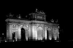 La Puerta de Alcal, de noche (Manuel Rivas lvarez) Tags: madrid urban blackandwhite white black blancoynegro blanco architectu