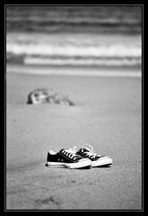 Converse en la arena (DavidGorgojo) Tags: bw film beach analog 35mm reflex sand minolta kodak playa bn arena converse pelicula dynax allstar analogica 100club chucktaylor zapatillas analogic playeros tmx100 spxi 50club