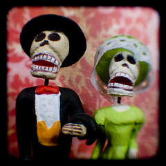 The Dead Couple (jnhkrawczyk) Tags: vintage dayofthedead toy skull weird bones diadelosmuertos kodakduaflexii tacomaartmuseum ttv throughtheviewfinder ignisart jillnhamiltonkrawczyk 20jul07finalselection