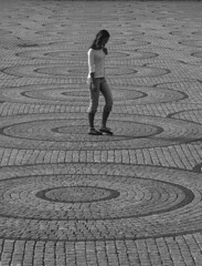 square and circle (jovivebo) Tags: blackandwhite bw blancoynegro topf25 girl oslo norway composition circle walking square europe pattern noiretblanc circles patterns pb bn repetition pretoebranco biancoenero 1111v11f top20street 1000v40f top20oslo