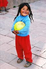 South America (KraKote est KoKasse.) Tags: portrait southamerica jaune rouge ballon ile bleu enfant fille sourire taquile couette perou pav ameriquedusud americadelsur abigfave krakote forcont wwwkrakotecom valeriebaeriswyl