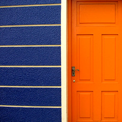 bluish orange (Cilest) Tags: 2005 door blue ireland orange white house wall wow catchycolors square happy funny colorful cilest stripes wand topc50 dingle haus irland crayonbox yinyang tr sigi bluishorange frhlich