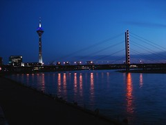 Dsseldorf @ night (Jrg Dickmann) Tags: bridge tower river germany deutschland alemania nrw fernsehturm dusseldorf brcke turm dsseldorf rhine rhein tyskland allemagne duesseldorf nordrheinwestfalen tvtower germania alemanha duitsland televisiontower rheinkniebrcke rheinturm  northrhinewestphalia    almanya niemcy njemaka nmetorszg vokietija    kuzeyrenvestfalya nmecko   renaniadelnortewestfalia              dusseldrfia
